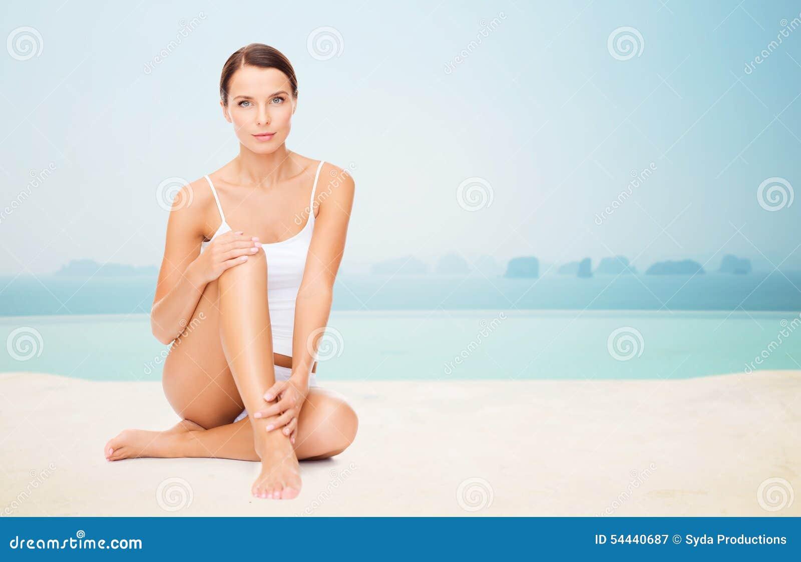 Mujer hermosa que toca sus piernas