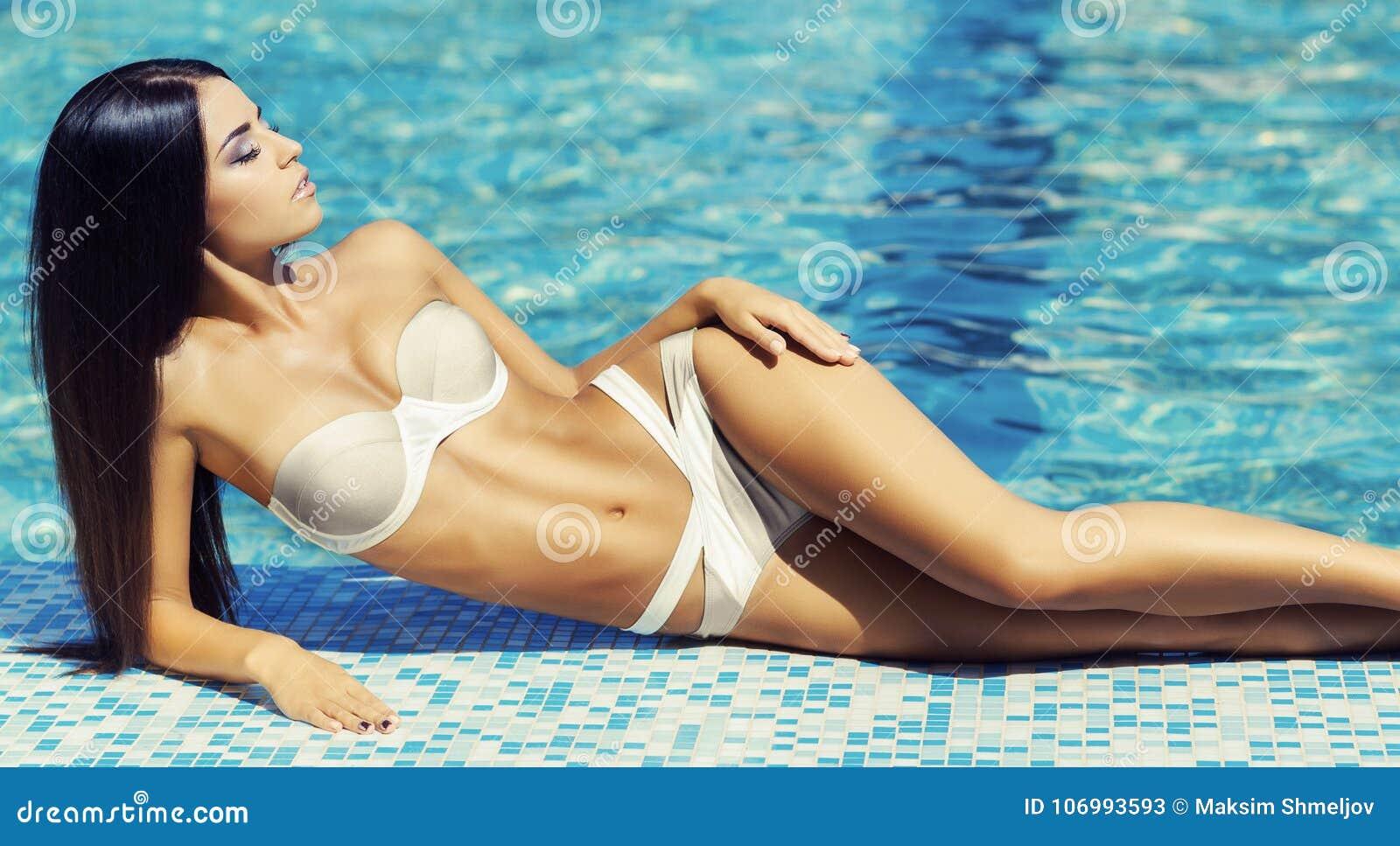 1c92175ec502 Mujer Hermosa Y Atractiva En Una Piscina Cercana Relajante Del Traje ...
