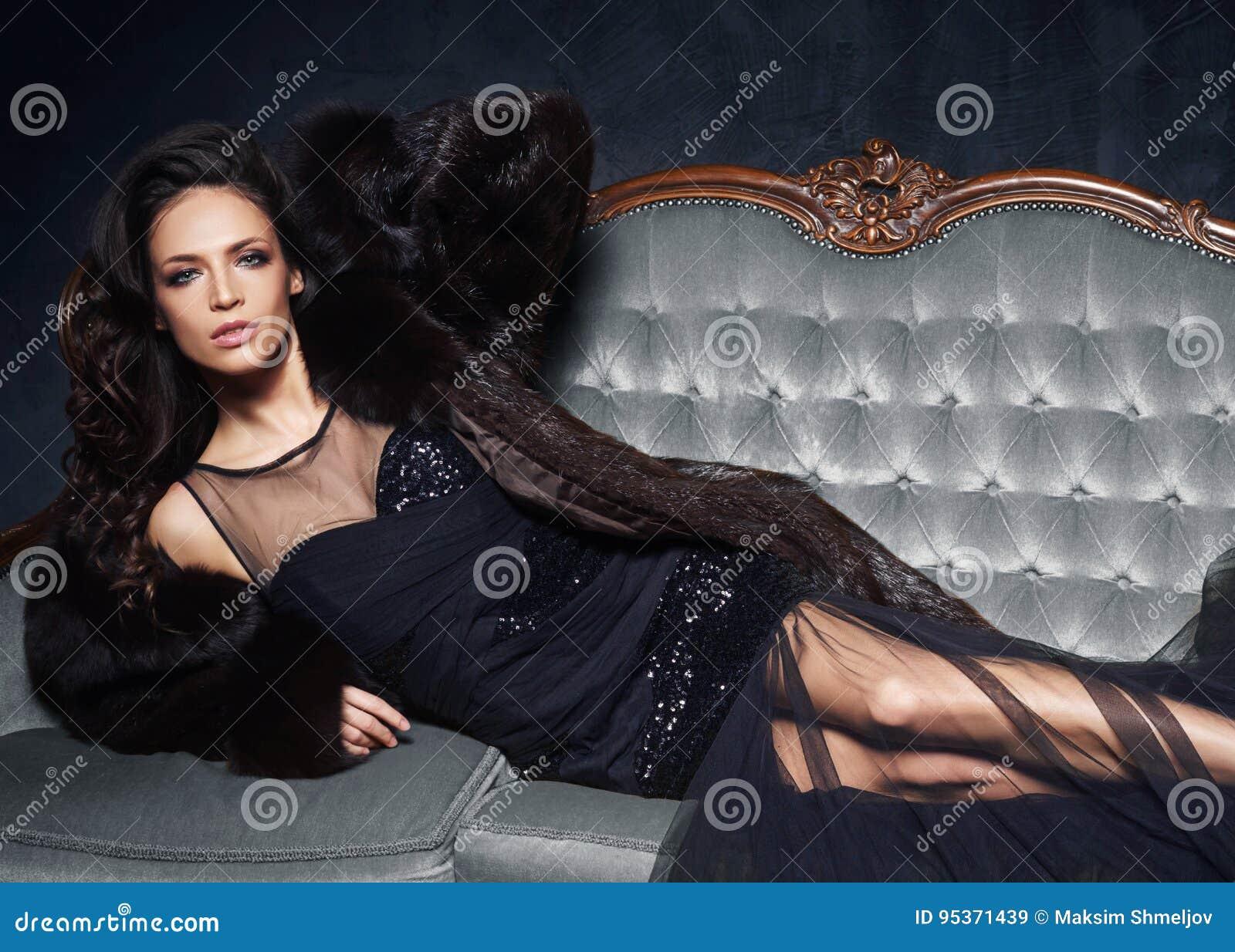 Vi una mujer vestida de negro