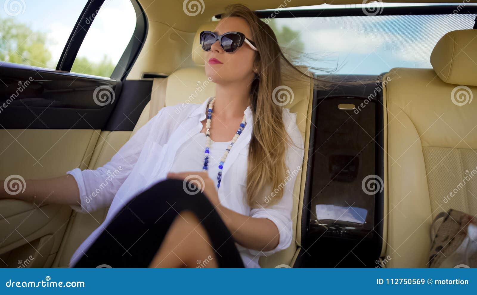 Mujer independiente hermosa que disfruta de viaje del coche el las vacaciones, viajero de negocios