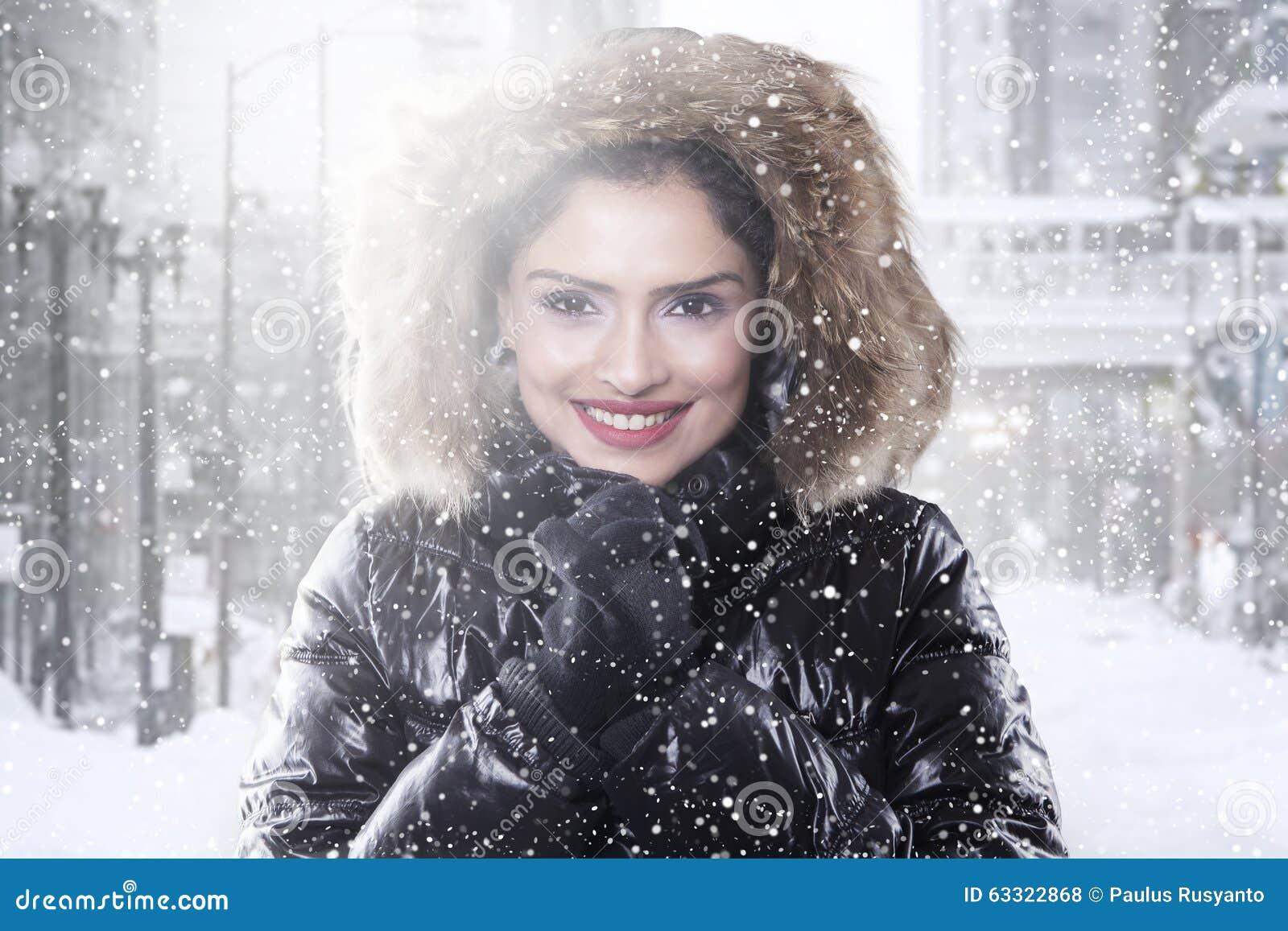 En De Foto Camino Invierno El India Con Archivo Mujer Abrigo 8FIY0q
