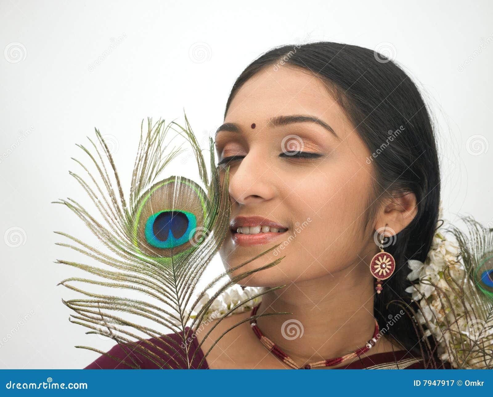 Mujer india con la pluma del pavo real