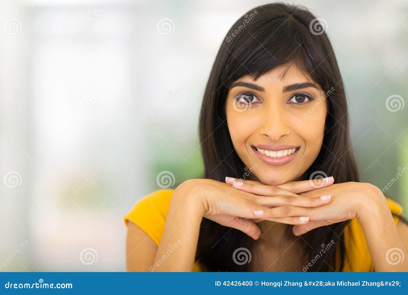 Mujer india sonriente