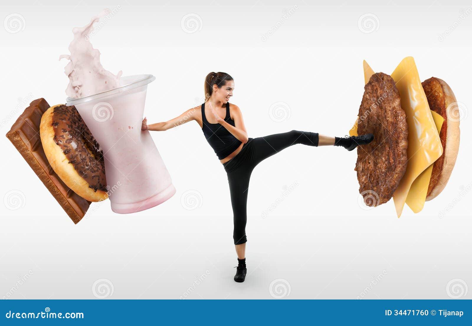 Mujer joven apta que lucha apagado los alimentos de preparación rápida