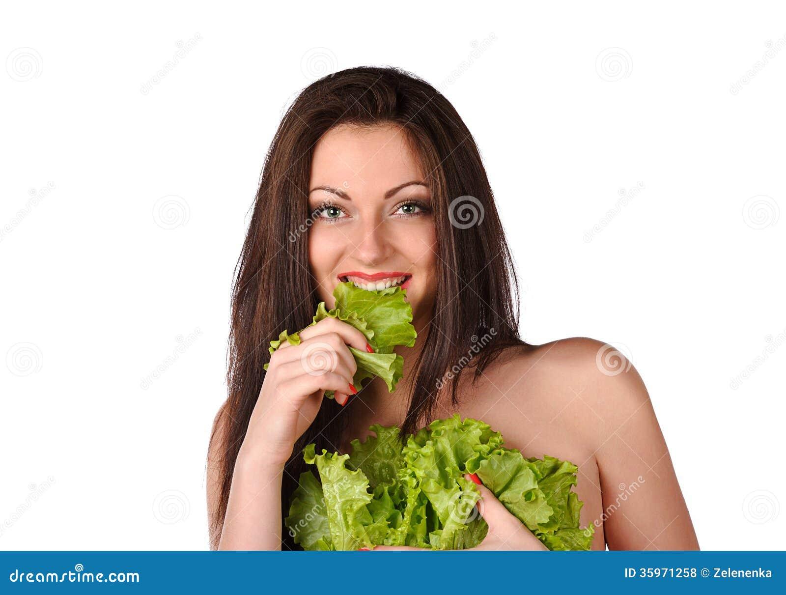 Mujer joven atractiva con la ensalada verde
