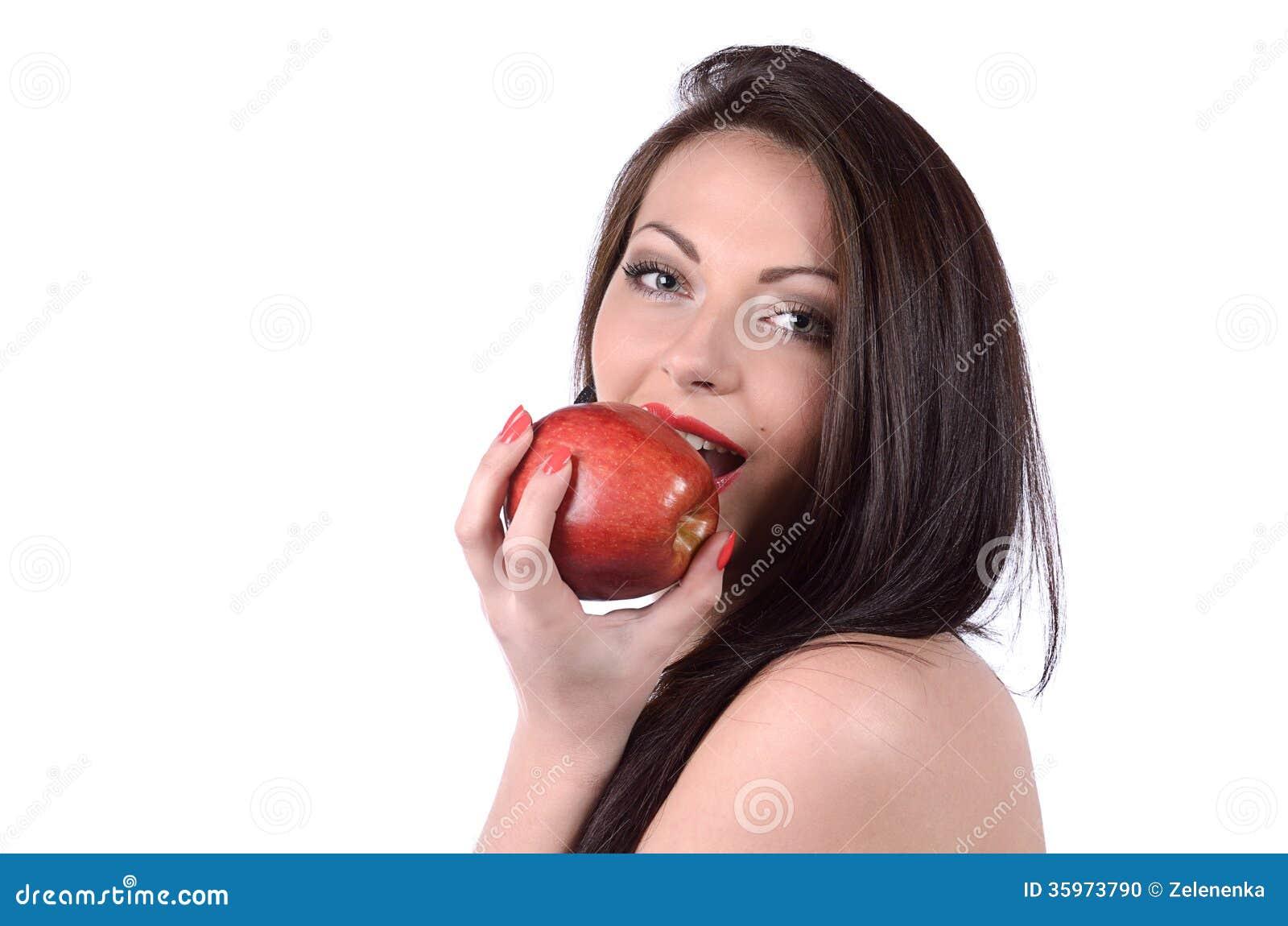 Mujer joven atractiva con la manzana