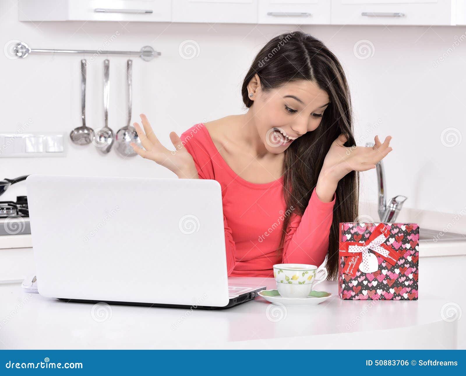 Mujer joven atractiva con los rectángulos de regalo