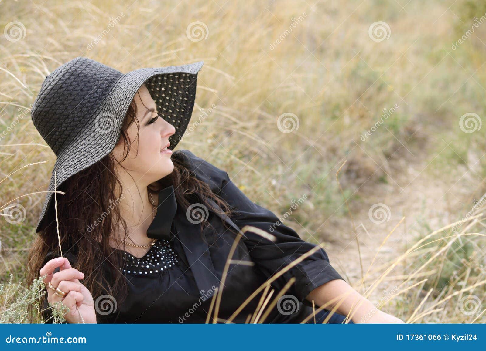 Mujer joven atractiva en el capo