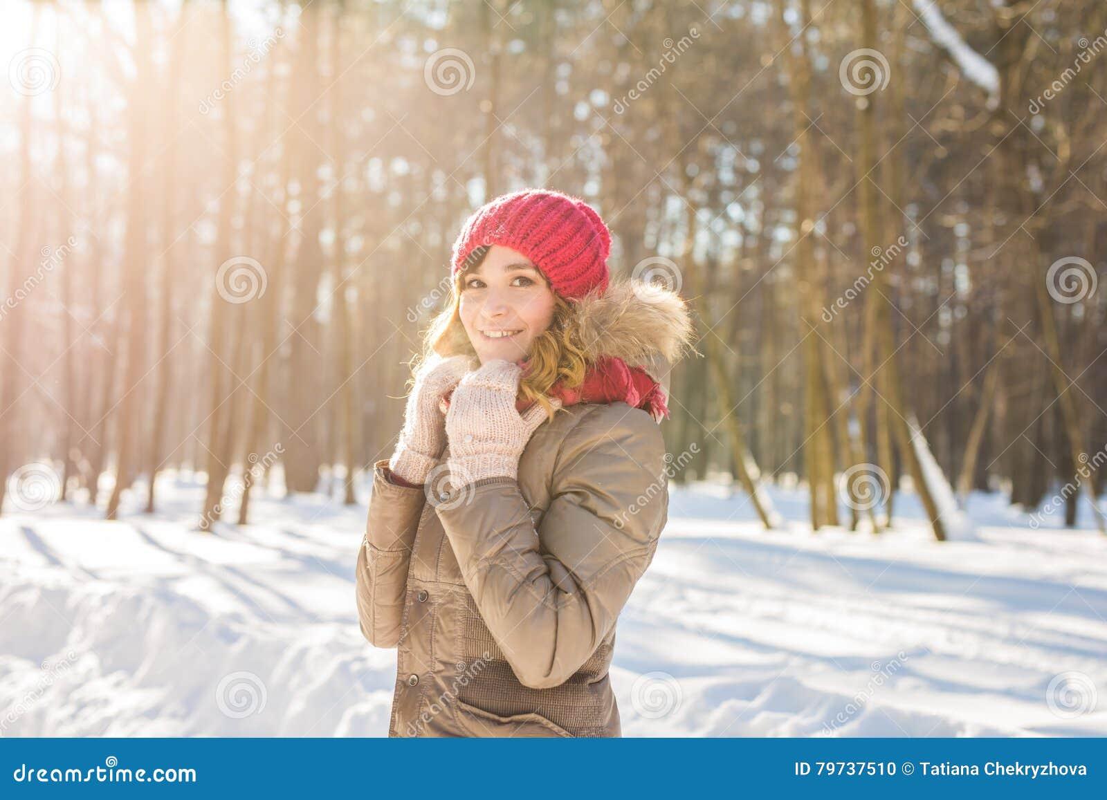 Mujer joven atractiva en el invierno al aire libre