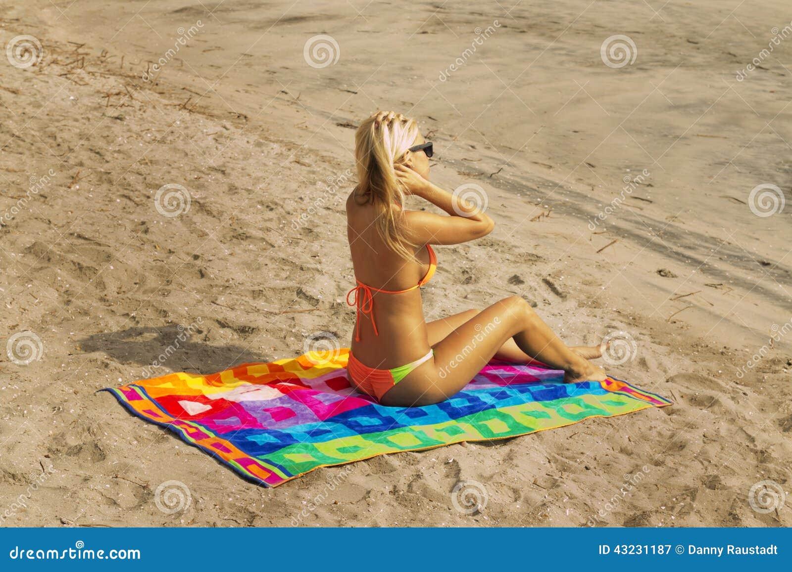 Mujer joven atractiva en la playa