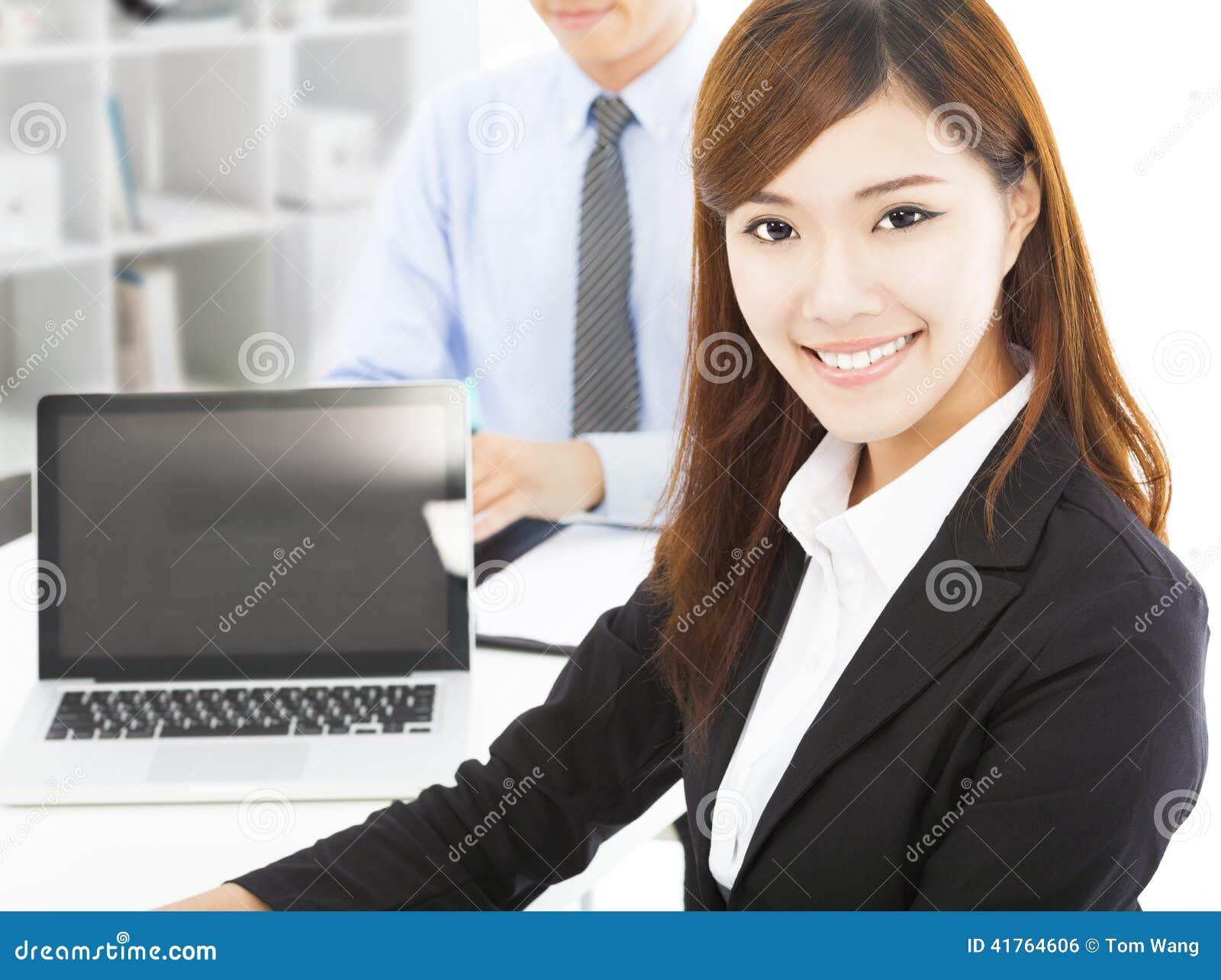 Mujer joven bastante profesional con el colega i