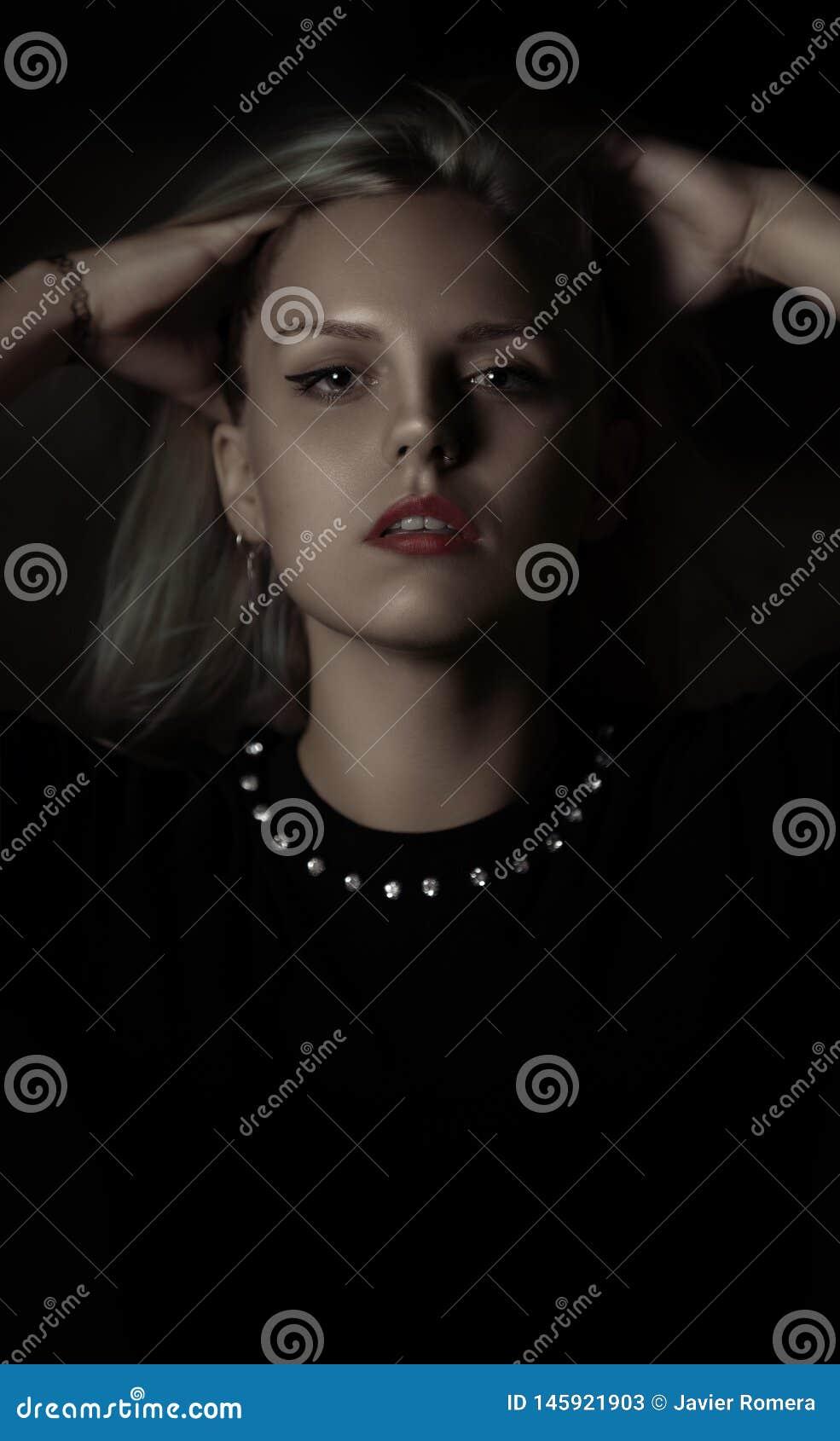 Mujer joven bonita caracterizada como carácter gótico