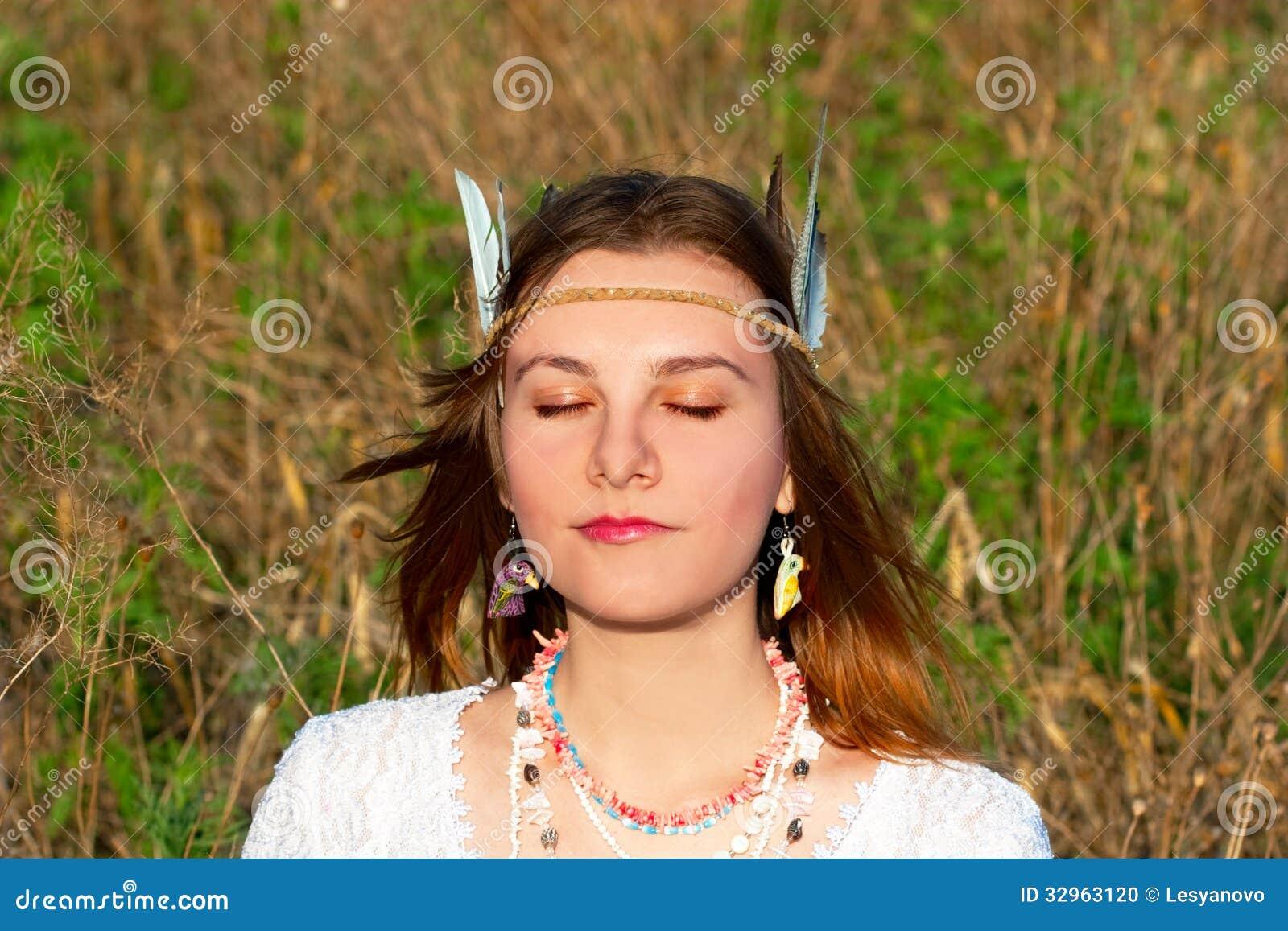 Mujer joven con beautifications indios