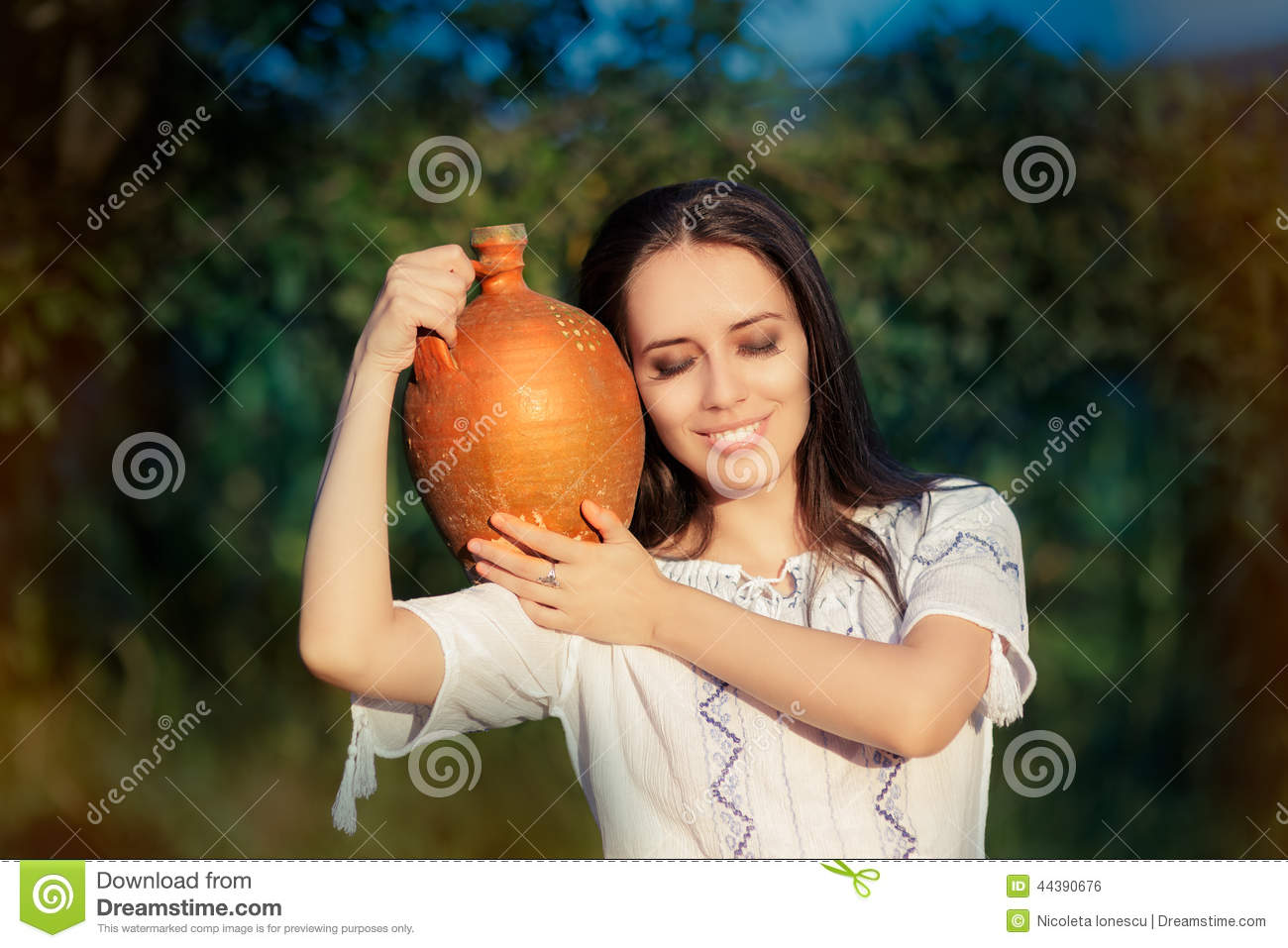Mujer joven con Clay Pitcher