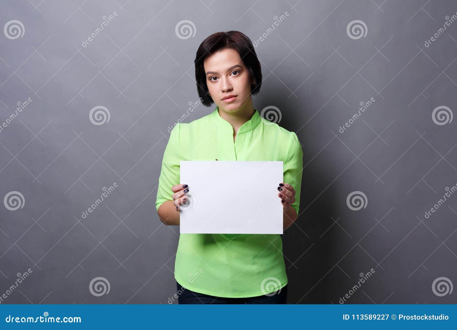 Mujer joven con el Libro Blanco en blanco