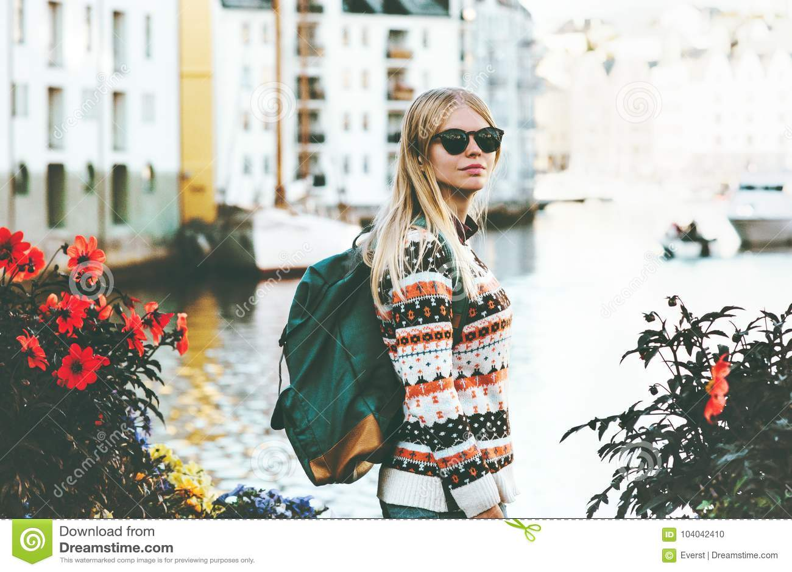 Mujer joven con el paseo de visita turístico de excursión de la mochila