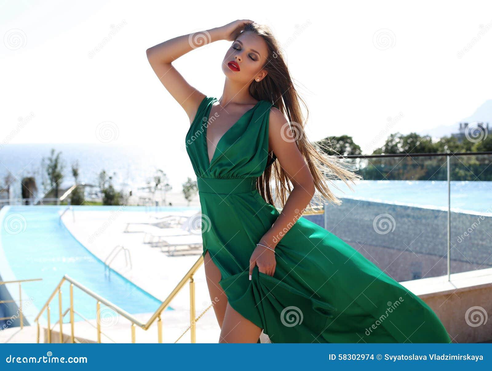 035d3baf3826 Mujer Joven Con El Pelo Rubio En Vestido De Seda Verde Lujoso Foto ...