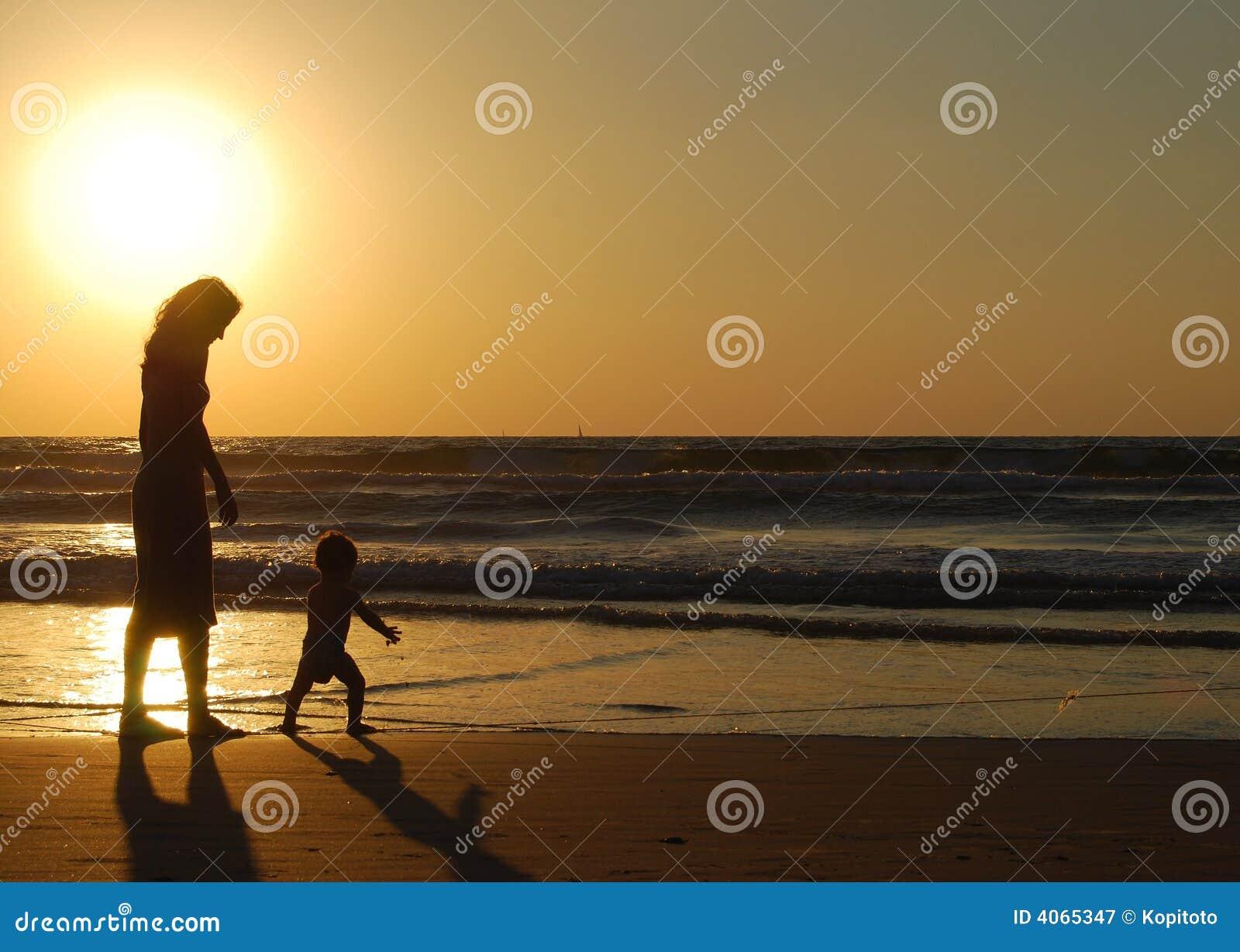 Mujer joven con el pequeño niño