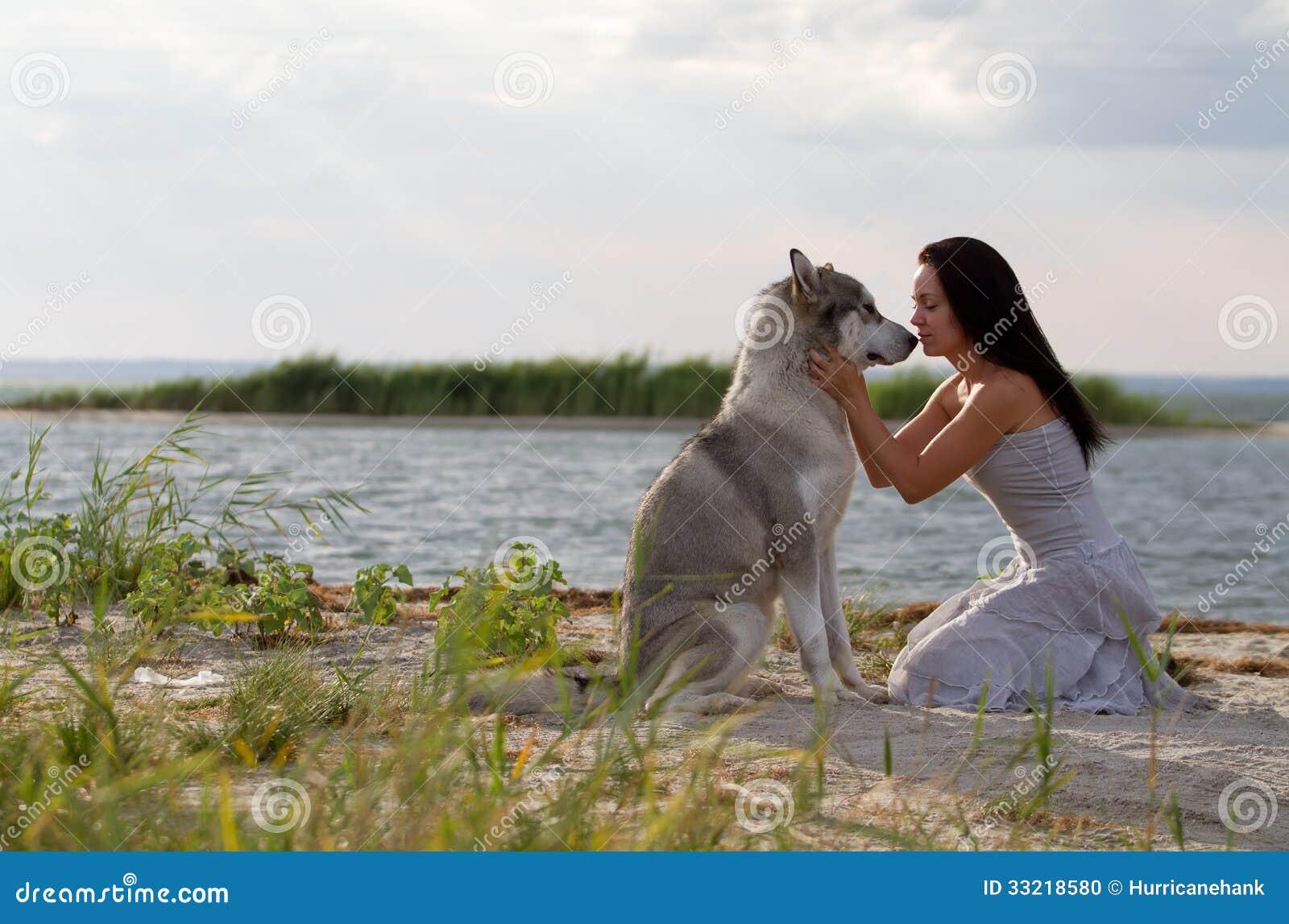 Perro Alaska Joven Mujer Archivo El Con Del Foto Malamute De 0qR6vRwZn