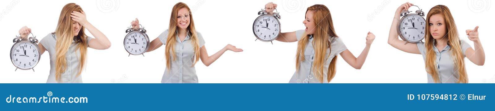 Mujer joven con el reloj en blanco