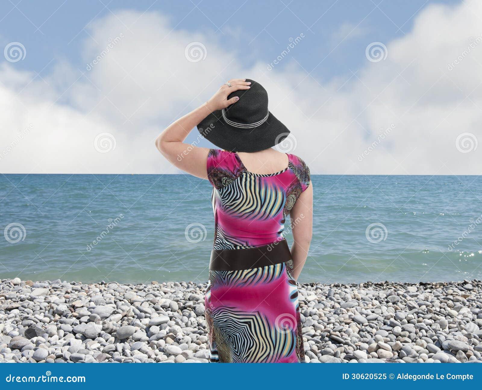 Mujer joven con el sombrero