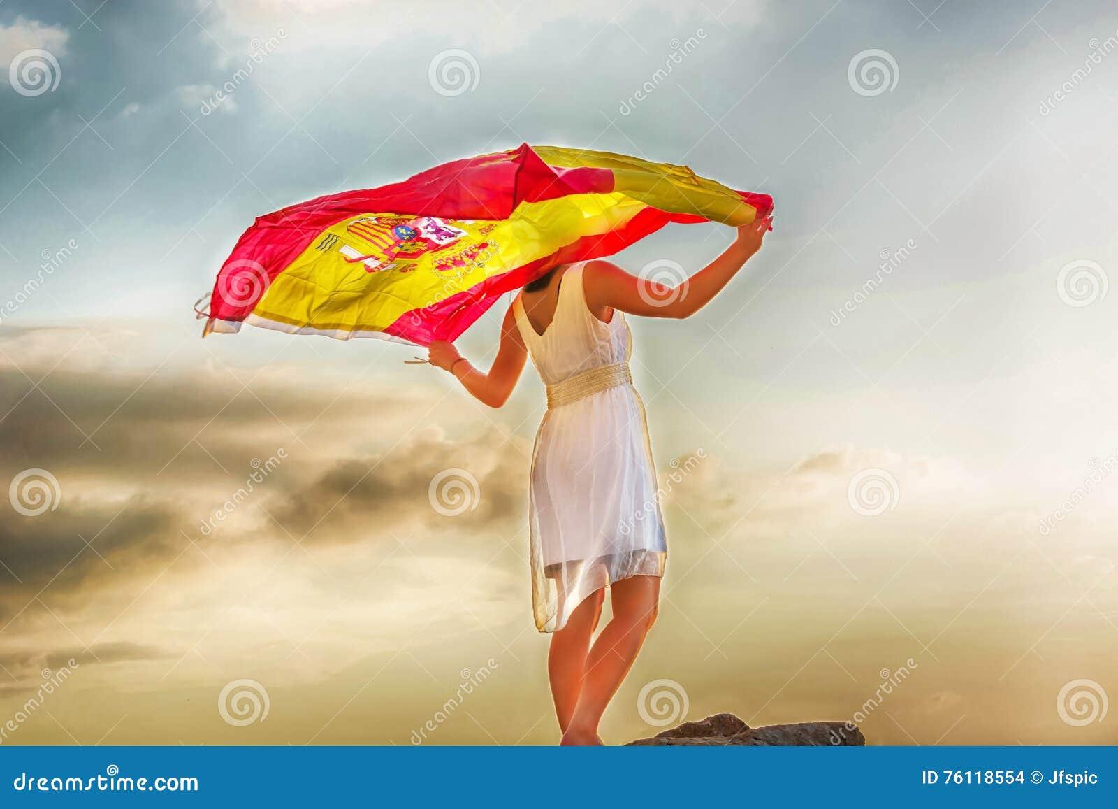 Mujer joven con la bandera española