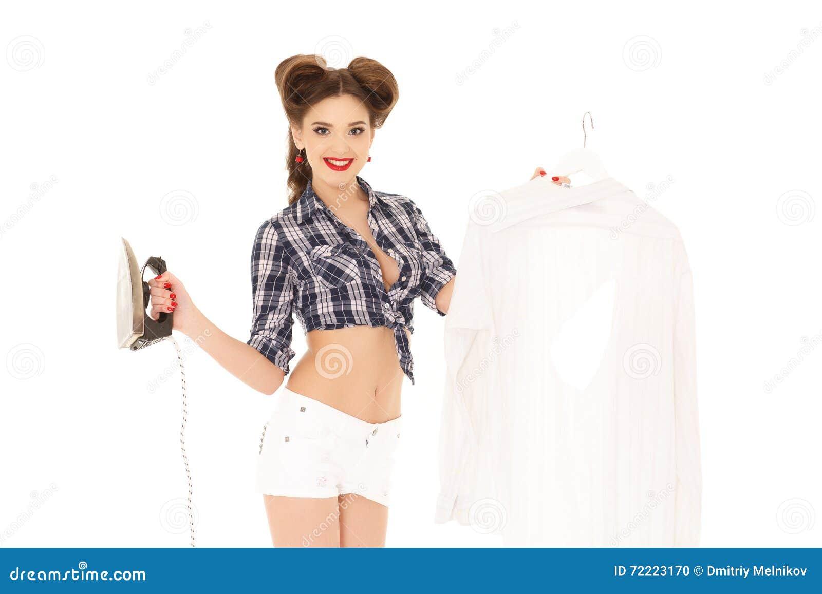 Mujer joven con la camisa y el hierro
