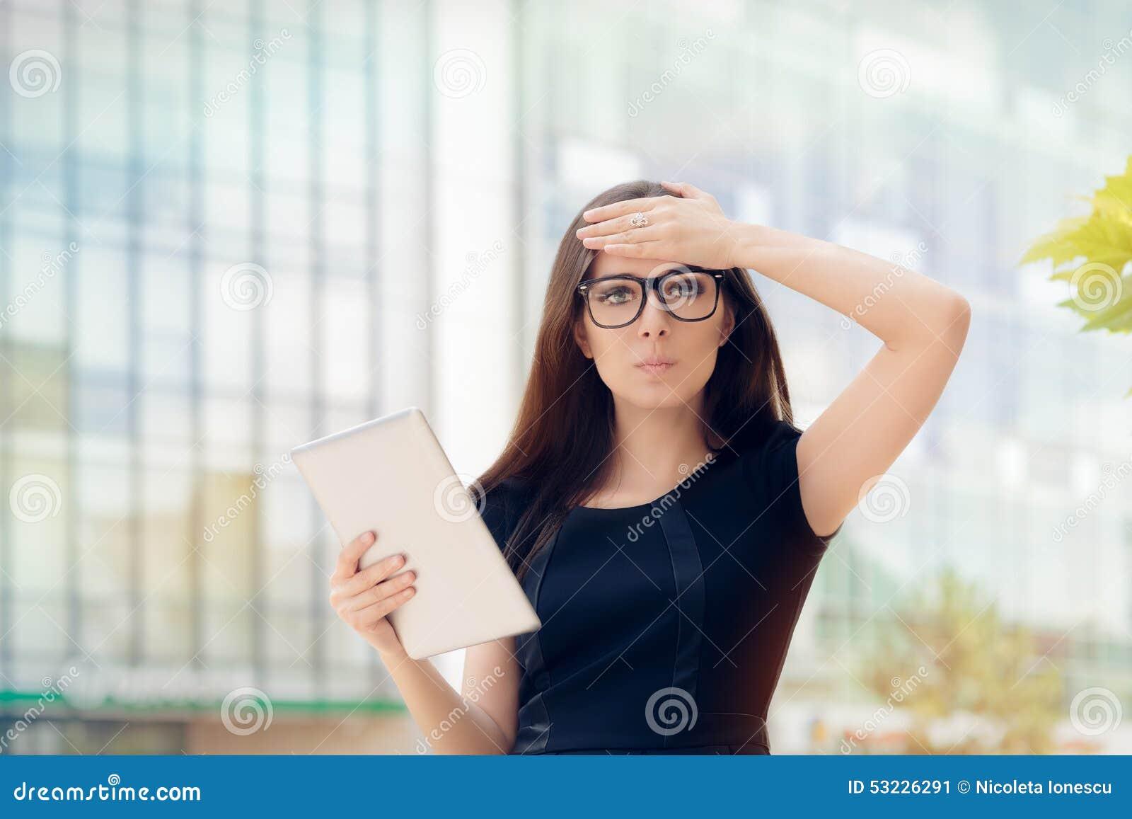 Mujer joven con la tableta que tiene una idea