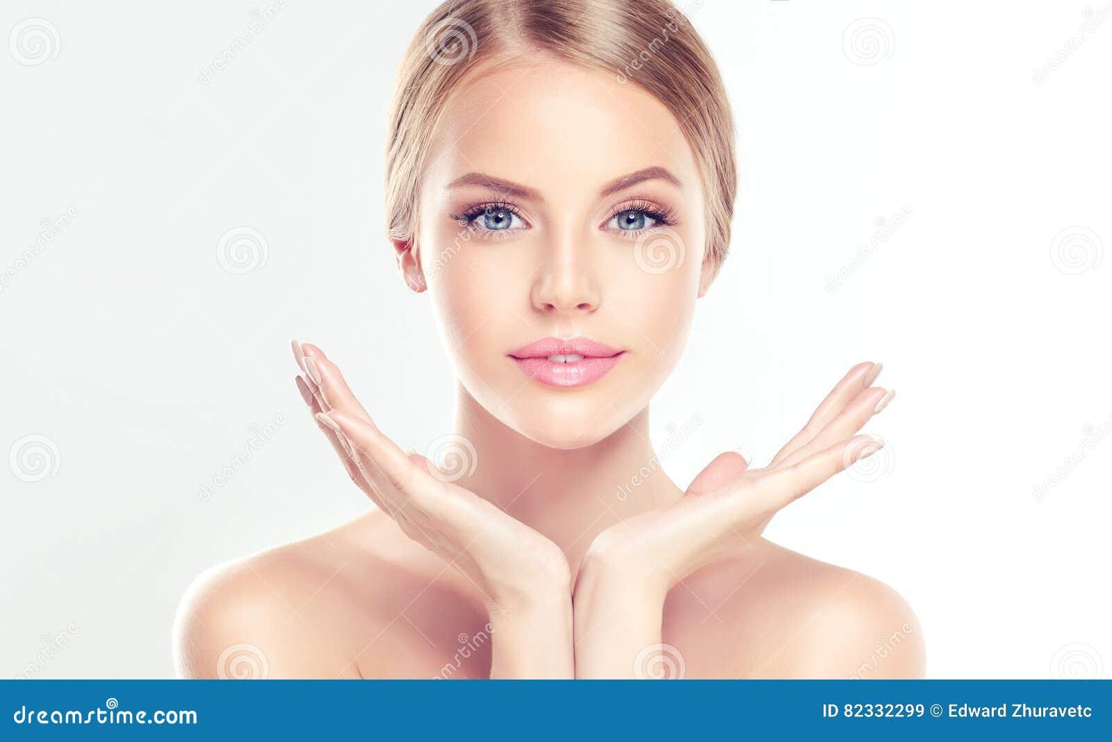 Mujer joven con limpio, fresco, piel