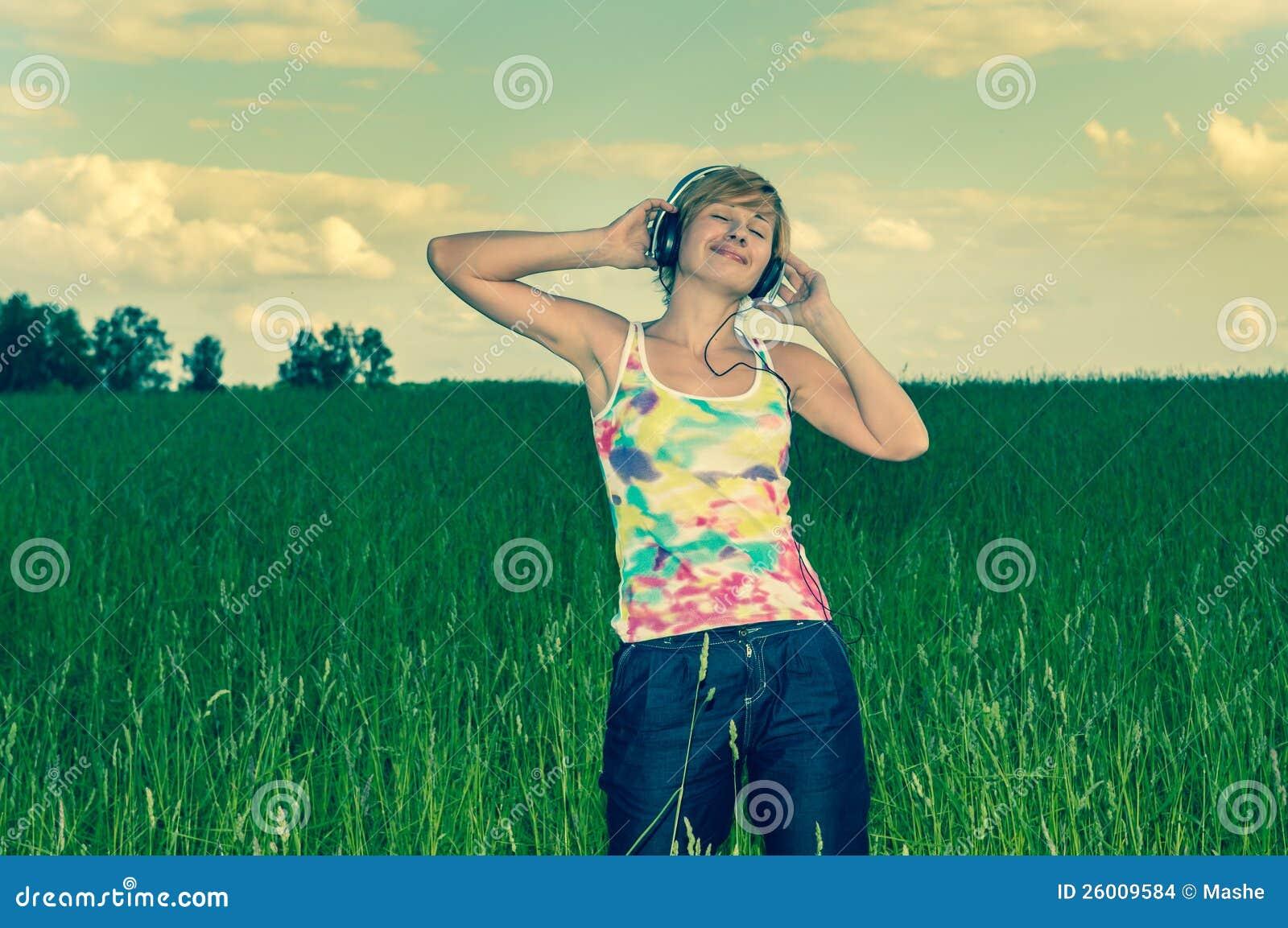 Mujer joven con los auriculares