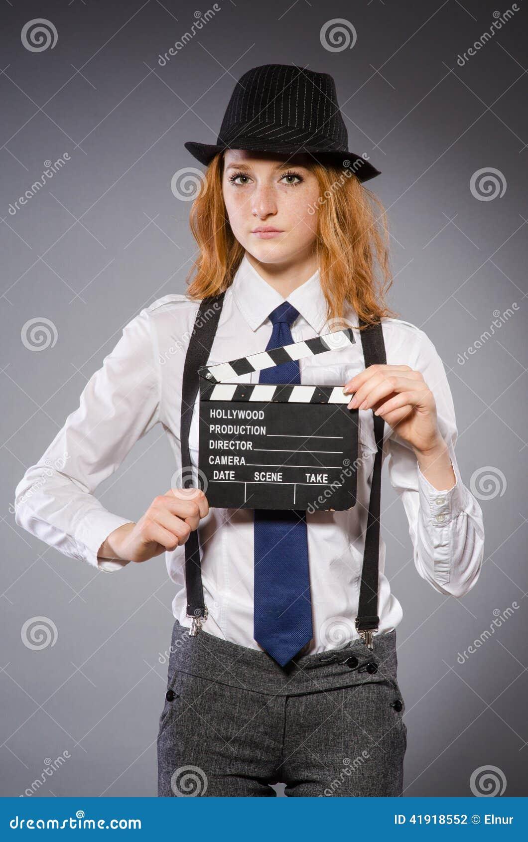 Mujer joven con película