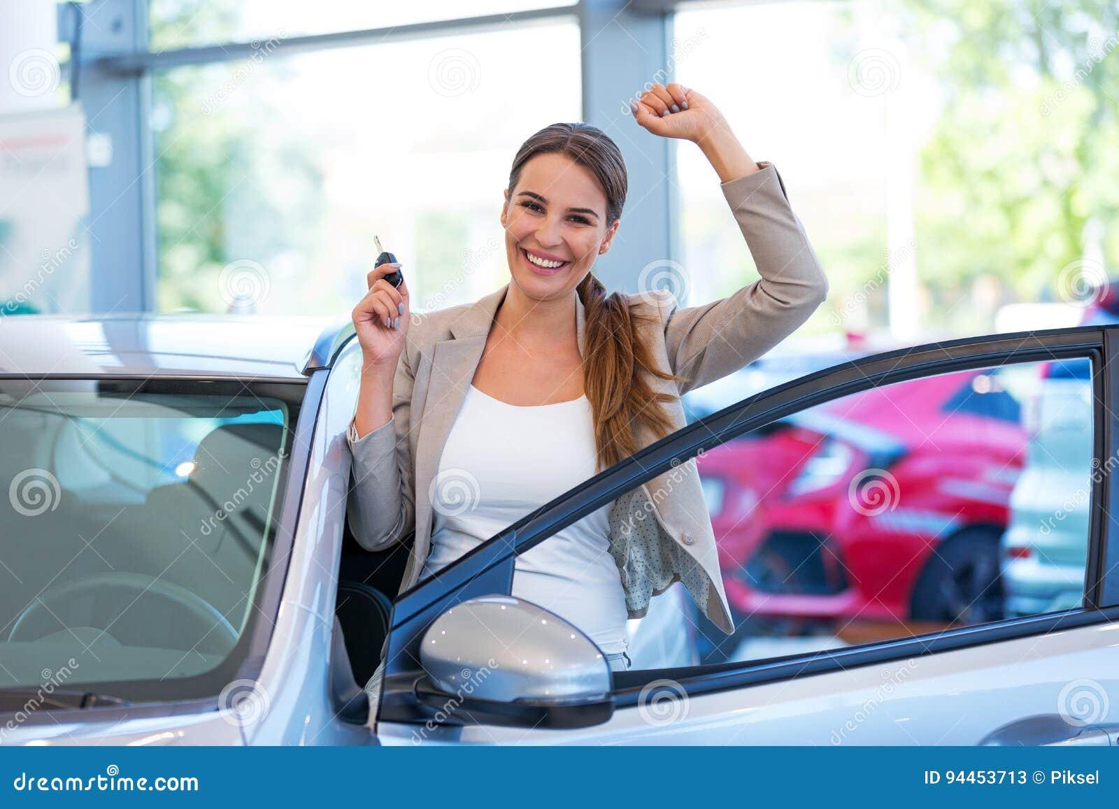 Mujer joven con su nuevo coche