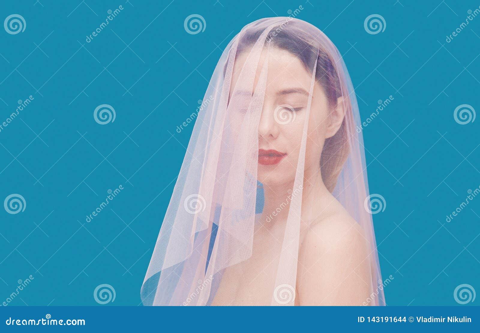 Mujer joven con Tulle rosada en fondo azul