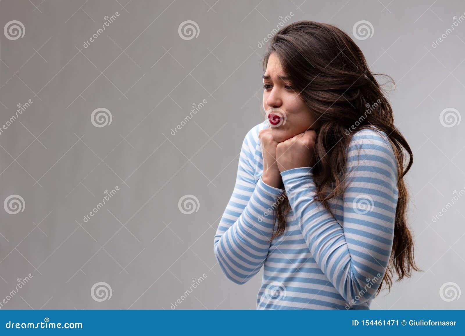 Mujer joven con un agolpamiento o una suposición apasionado