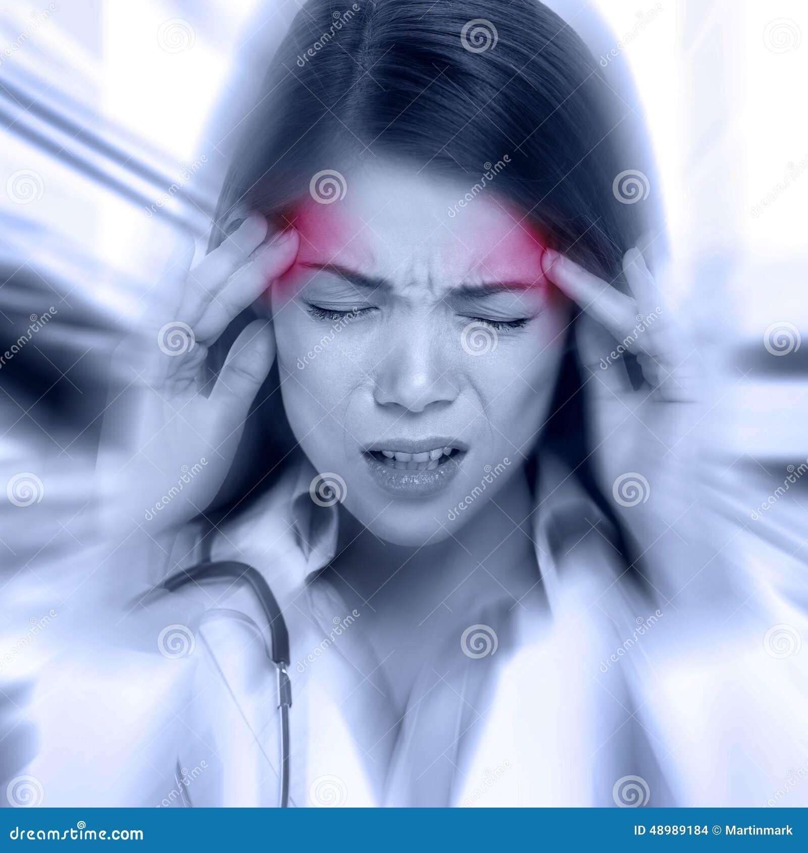 Mujer joven con un dolor de cabeza de la palpitación