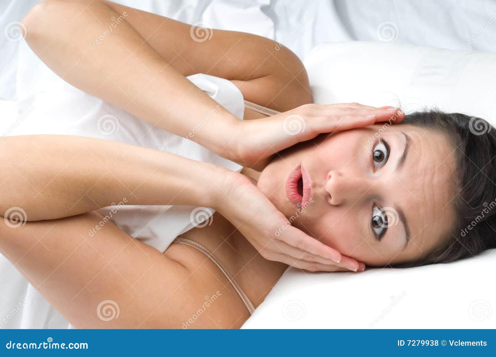 Mujer joven con un exxpression dado una sacudida eléctrica