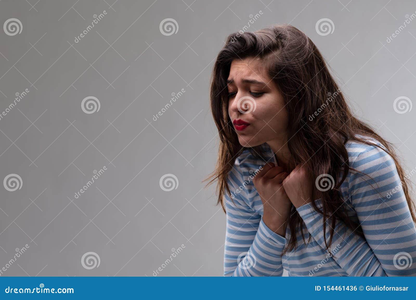 Mujer joven con una ansia apasionada