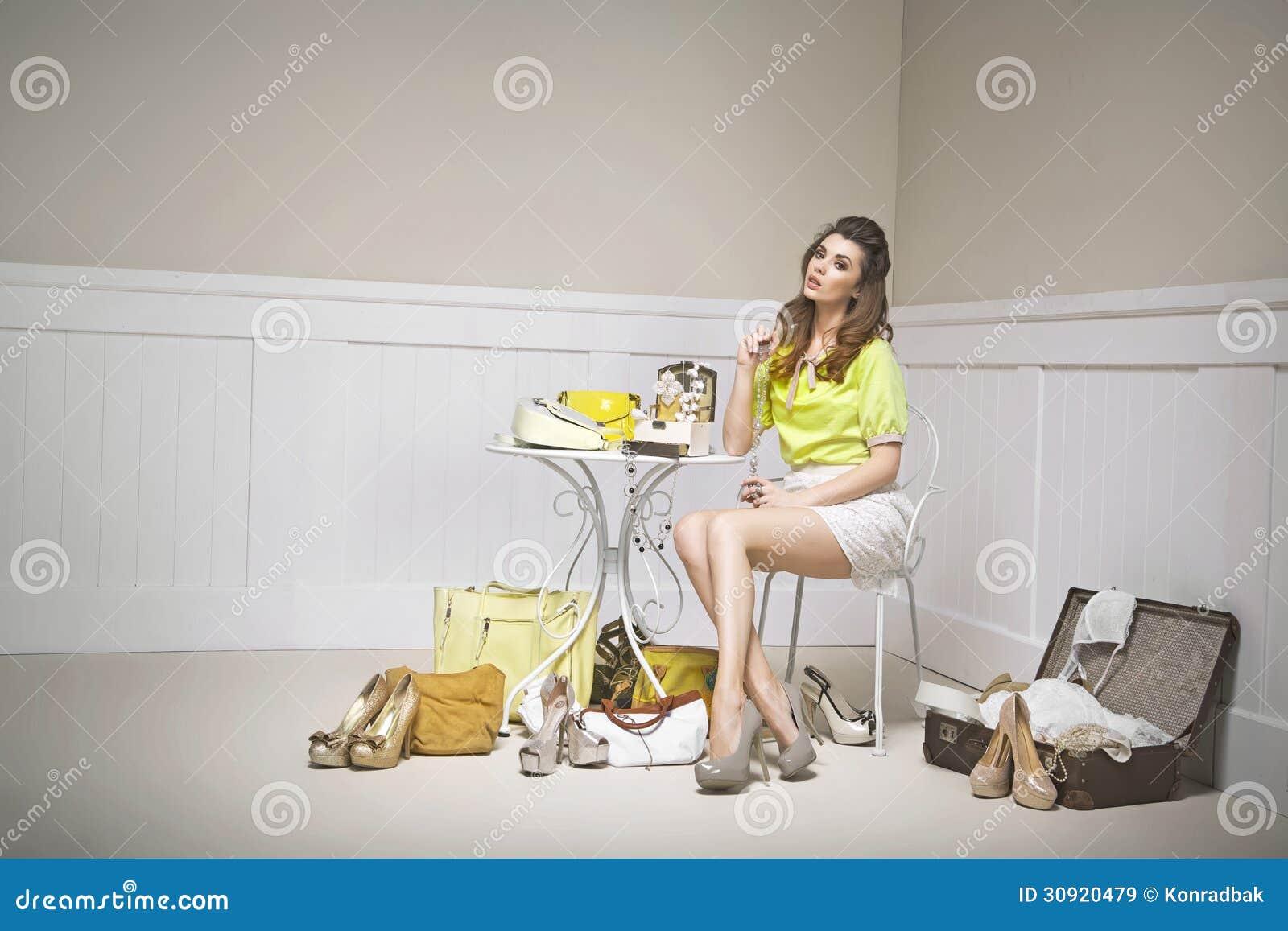 Mujer joven confusa entre los zapatos
