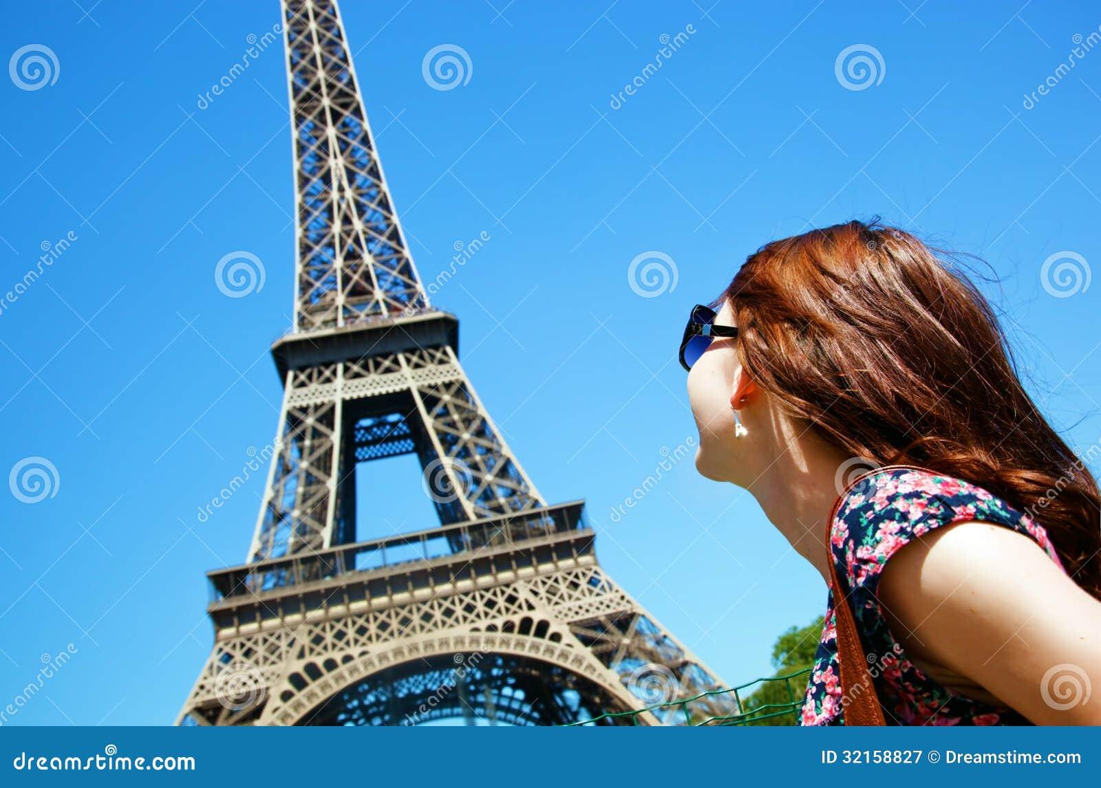 Mujer joven contra la torre Eiffel, París, Francia