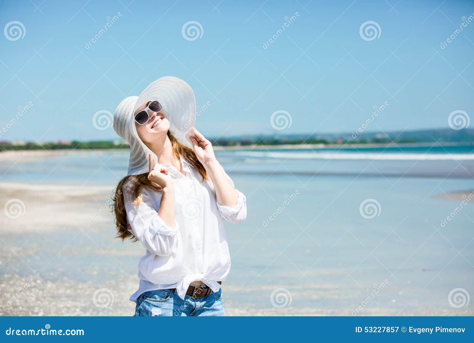 Mujer joven de Beautifil que camina a lo largo de la playa en