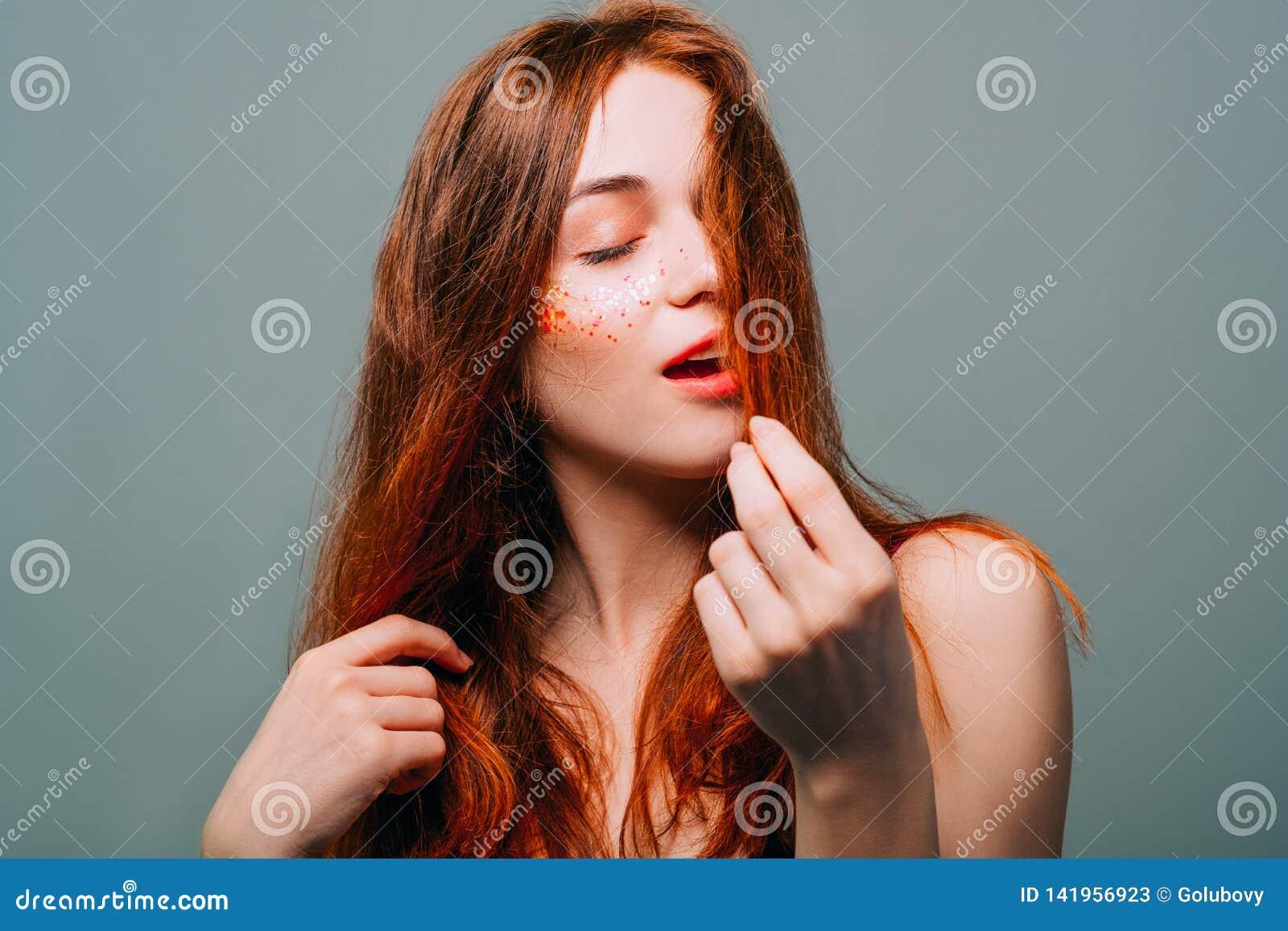 Mujer joven de la belleza del pelirrojo del retrato del modelo de moda
