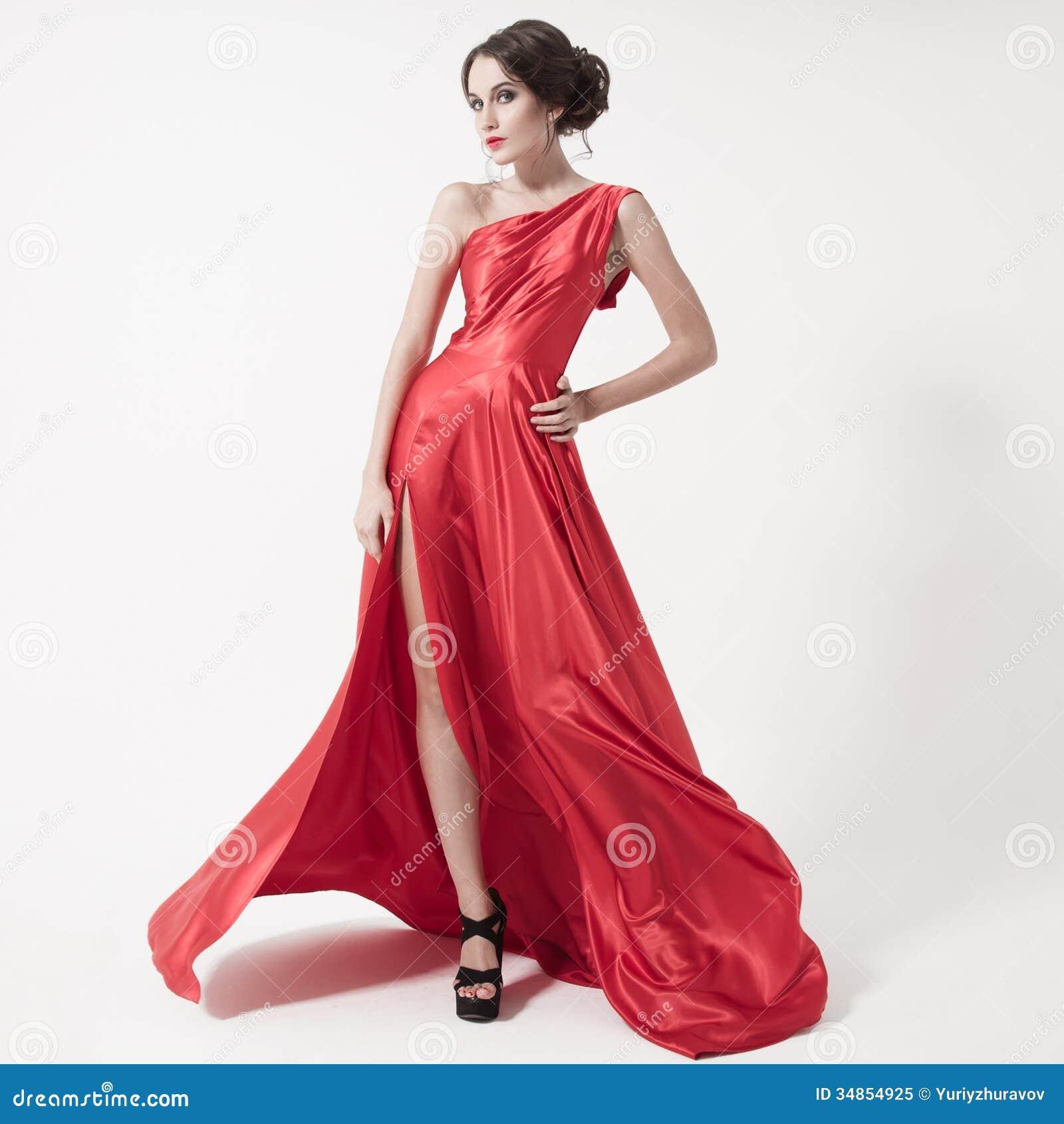 2eae9e6ed Mujer de lujo de la belleza joven en vestido rojo que agita. Fondo blanco.