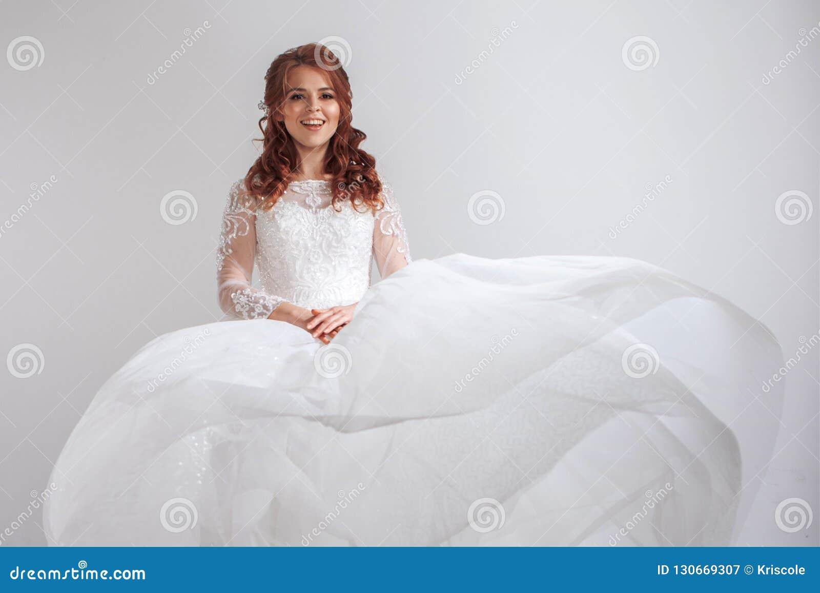 Mujer Risa Feliz Encantadora Novia Vestido Joven En De Boda HnTwHgxqr