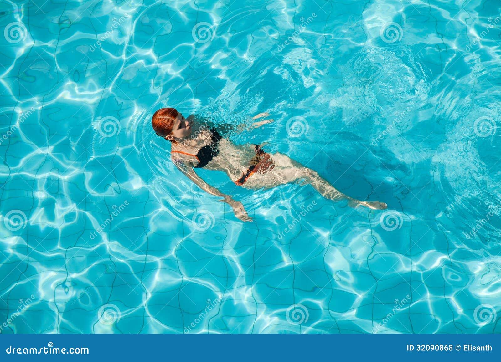 Mujer joven del pelirrojo en piscina foto de archivo for Fotos follando en la piscina