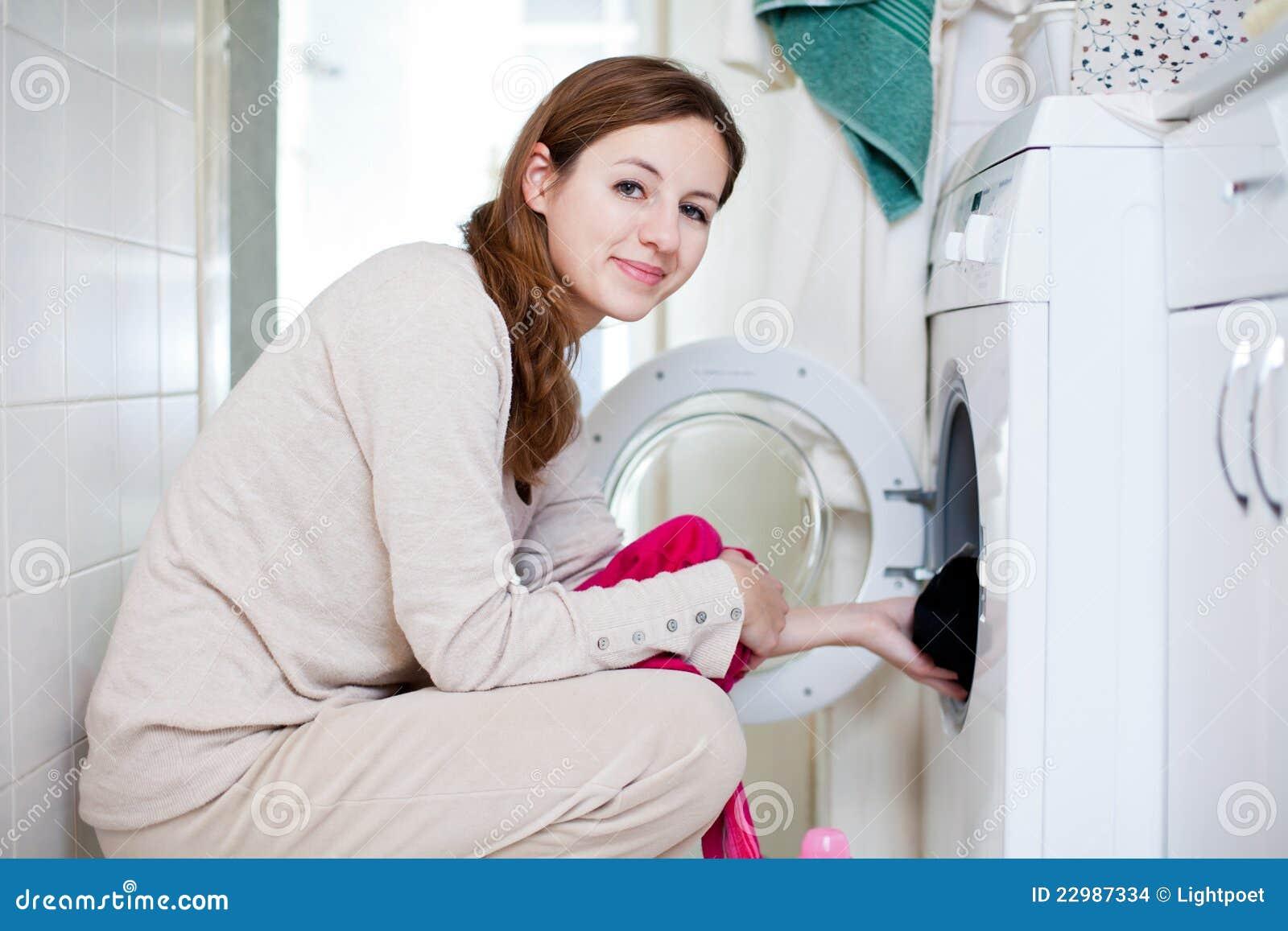 Mujer joven del quehacer doméstico que hace el lavadero