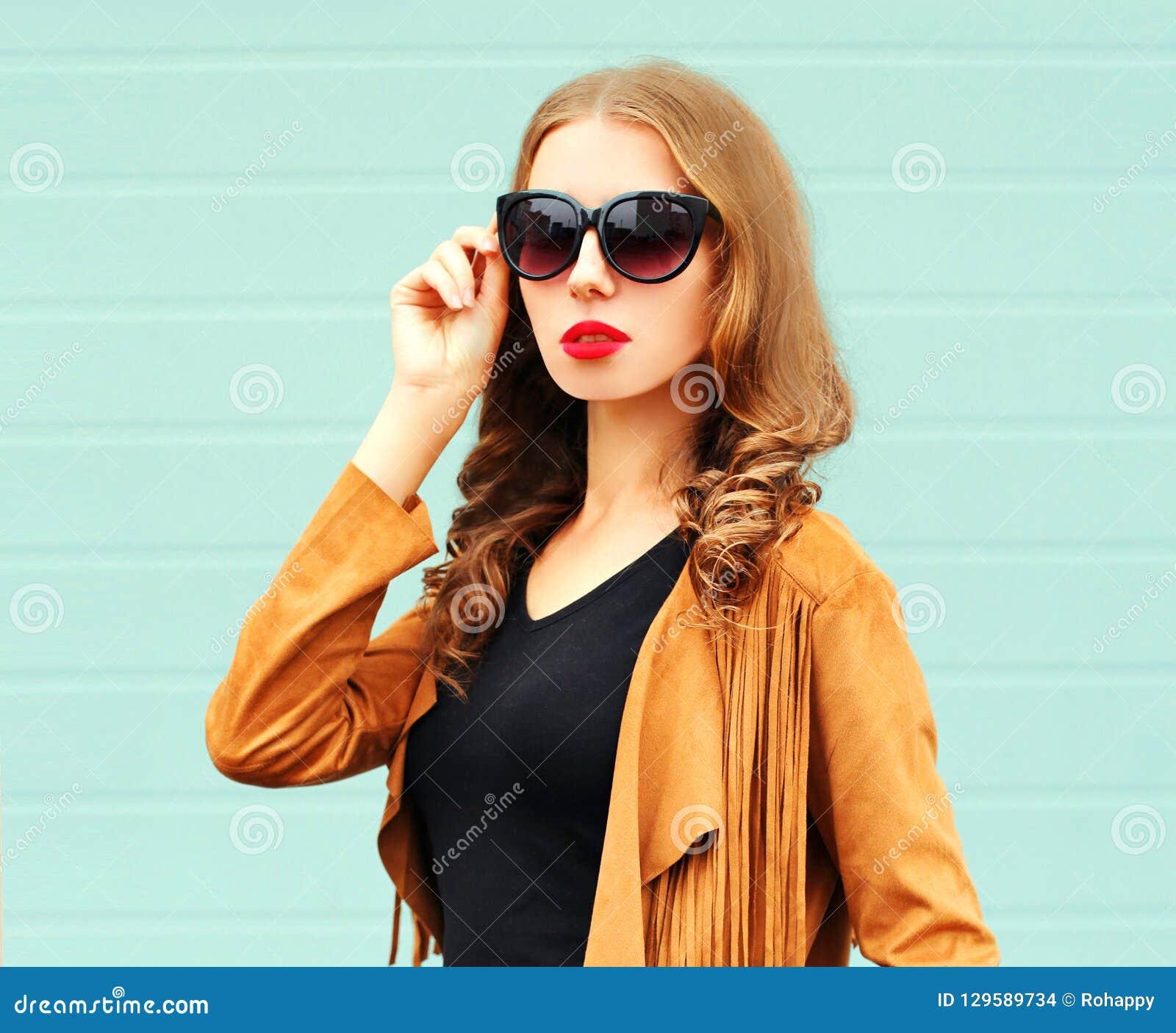 Joven Sol De Gafas Del Mujer En La Moda Retrato Que Presenta gbyf6Y7vIm