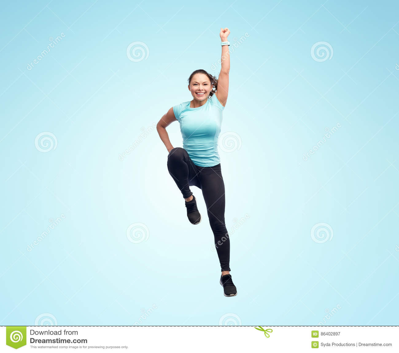 Mujer joven deportiva sonriente feliz que salta en aire