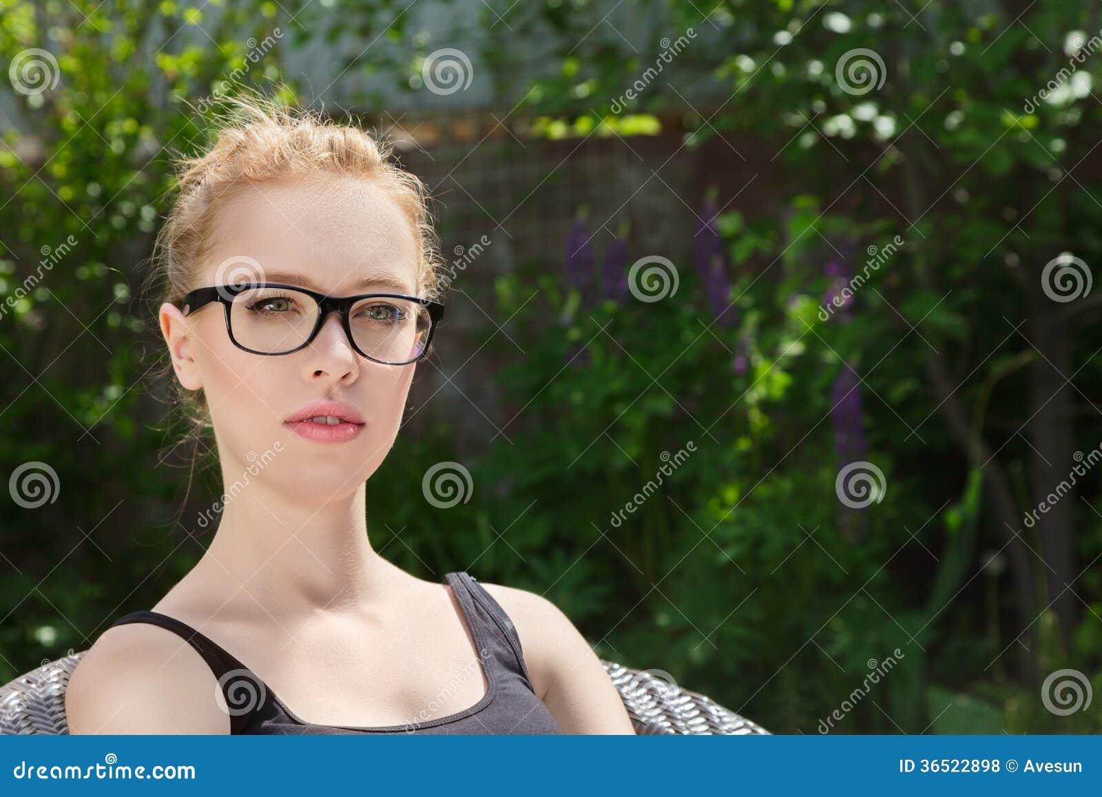 Mujer joven dos que miente en hierba
