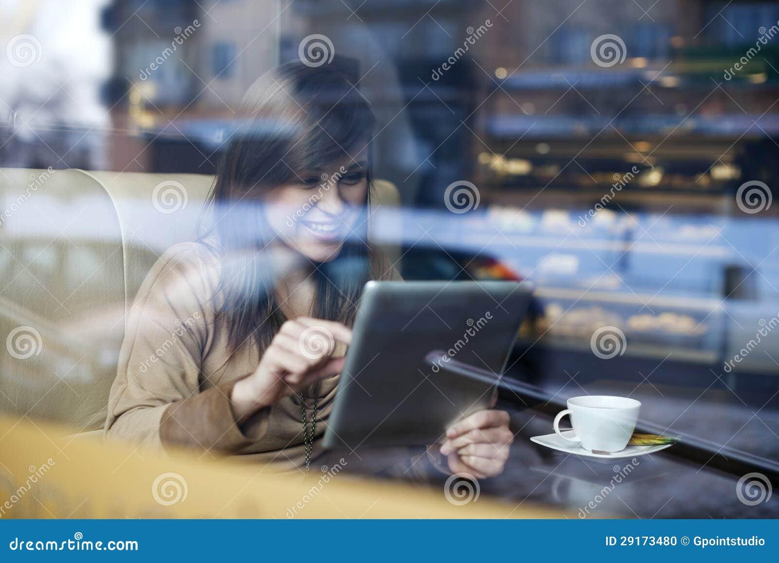 Mujer joven en cafetería