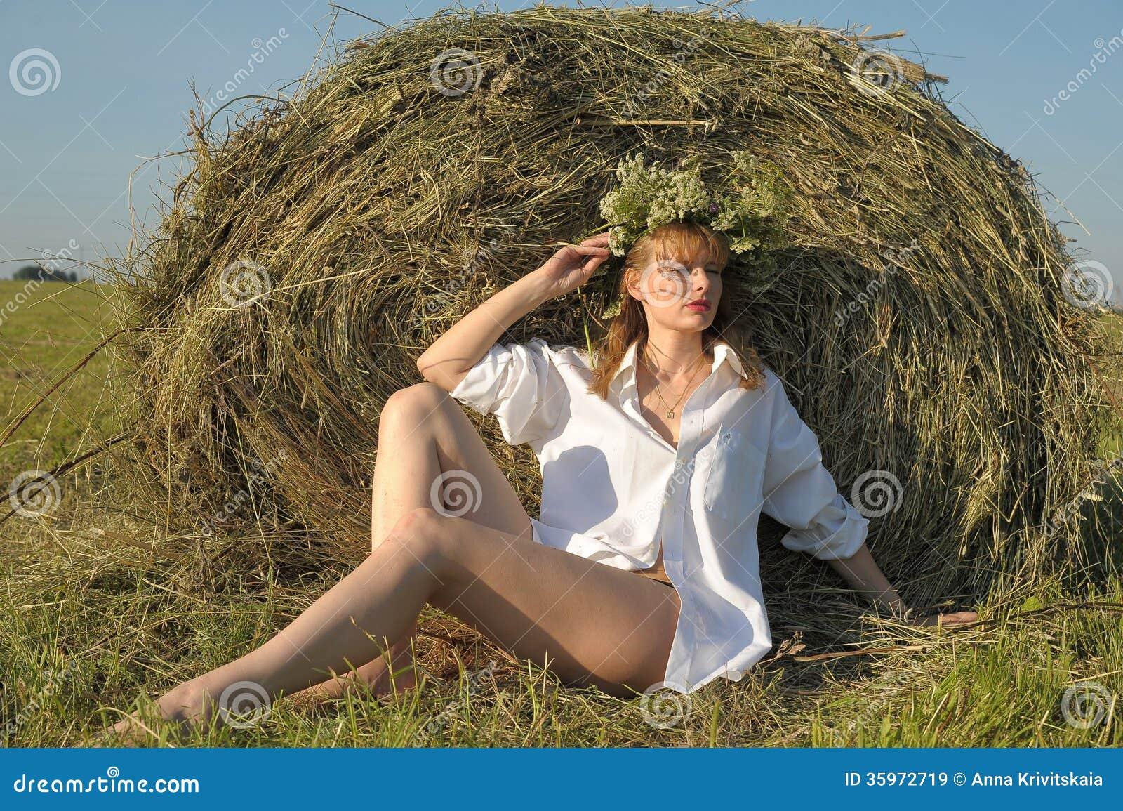 Mujer joven en el campo